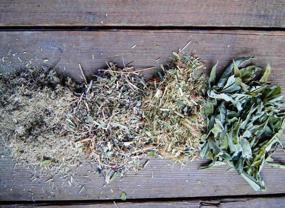 Как не должны (первые 3) и как должны (4) выглядеть правильно заготовленные травы